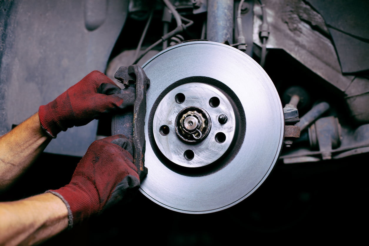 Turns fall when you press the brake: possible causes, solutions and recommendations