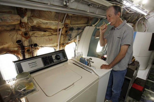 bruce campbell lives inside a boeing 727 airplane airplanehome 0020