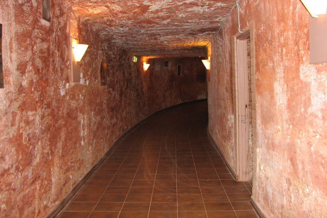coober pedys residents live in underground dugouts desert cave motel 004