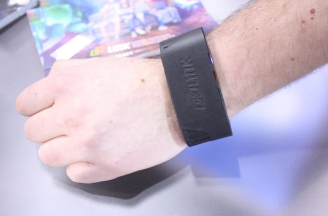 link streams terabyte information directly wrist looks awful dlink wearable 6